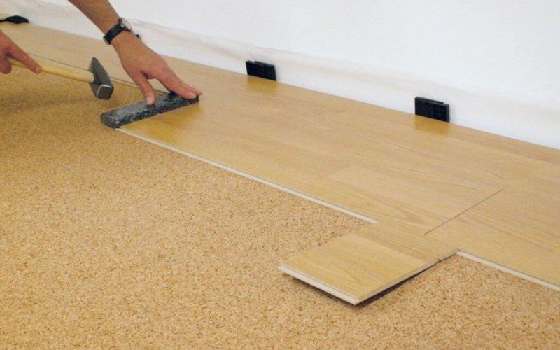 Укладка паркетной доски на фанеру может также осуществляться и в случае бетонного основания.