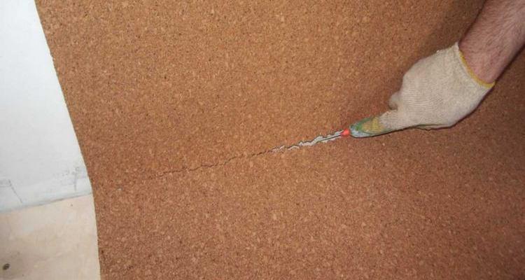В местах стыков со стеной материал подрезают