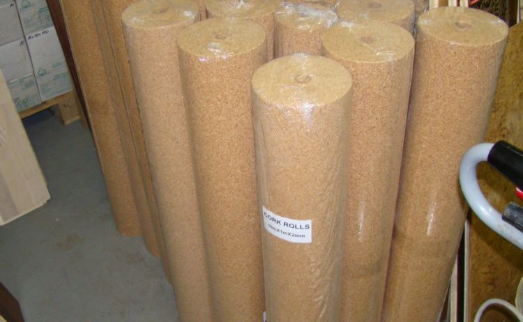 Выпускается подложка в виде рулонного или листового материала