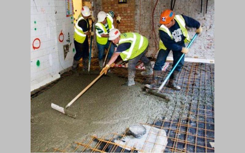 Заливается и выравнивается бетонная стяжка